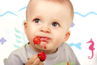 Ребенок с вишней
