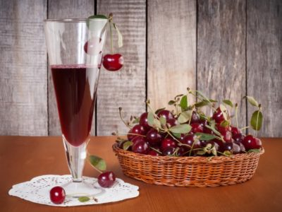 Бокал с вишневым ликером
