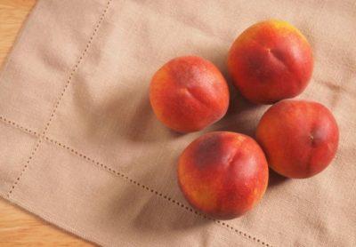 Персики на ткани